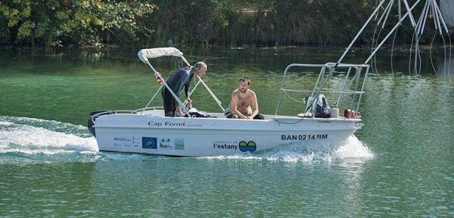 Técnicos del consorcio patrullan el lago en busca de especies invasoras / Foto: Josep Cano