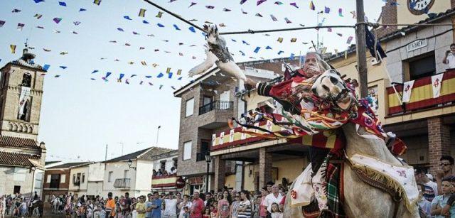 En el pueblo toledano de Carpio de Tajo, cada 25 de julio se organizan las 'corridas de gansos', en las que los jinetes al galope deben arrancar la cabeza de las aves (actualmente ya muertas) / Foto: Kike Carbajal - Santa Fiesta