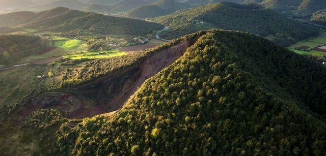 Vista aérea de los volcanes de La Garrotxa con el más joven, el Croscat, en primer término / Foto: Josep Cano