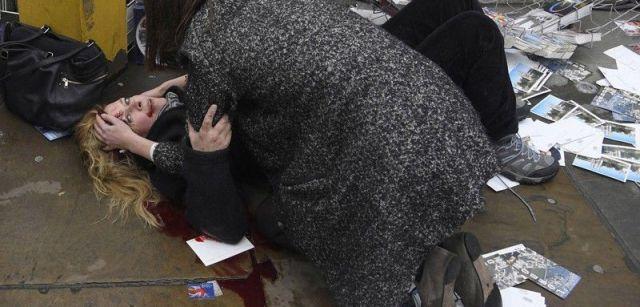 Atestiguar las consecuencias inmediatas de un ataque en el corazón de Londres. Nominación del Año de World Press Photo. Una mujer herida después del atentado contra peatones en el puente Westminster en Londres, Reino Unido / Foto: Toby Melville (UK)