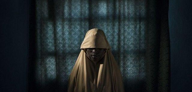 Boko Haram ató las bombas suicidas a ellas. De alguna manera estas adolescentes sobrevivieron. Nominación del Año de World Press Photo. Aisha (14) representa un retrato en Maiduguri, estado de Borno, Nigeria / Foto: Adam Ferguson (Australia)