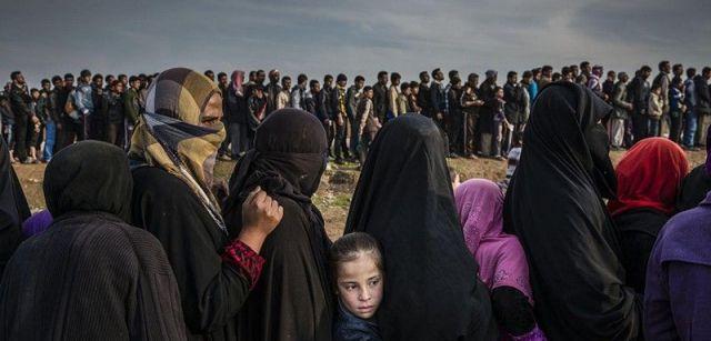 La batalla por Mosul. Nominación del Año de World Press Photo. Civiles que se habían quedado en el oeste de Mosul después de la batalla para tomar la línea de la ciudad en busca de ayuda en el barrio de Mamun / Foto: Ivor Prickett (Irlanda)