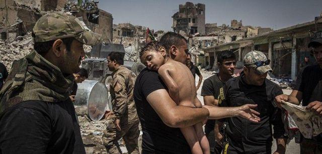 La batalla por Mosul. Nominación del Año de World Press Photo. Un niño no identificado, que fue llevado fuera de la última área controlada por ISIS en la Ciudad Vieja / Foto: Ivor Prickett (Irlanda)