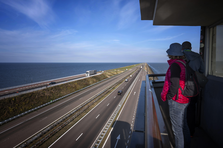 Dique-de-afsluitdijk-vista-desde-el-monumento-paises-bajos-7233