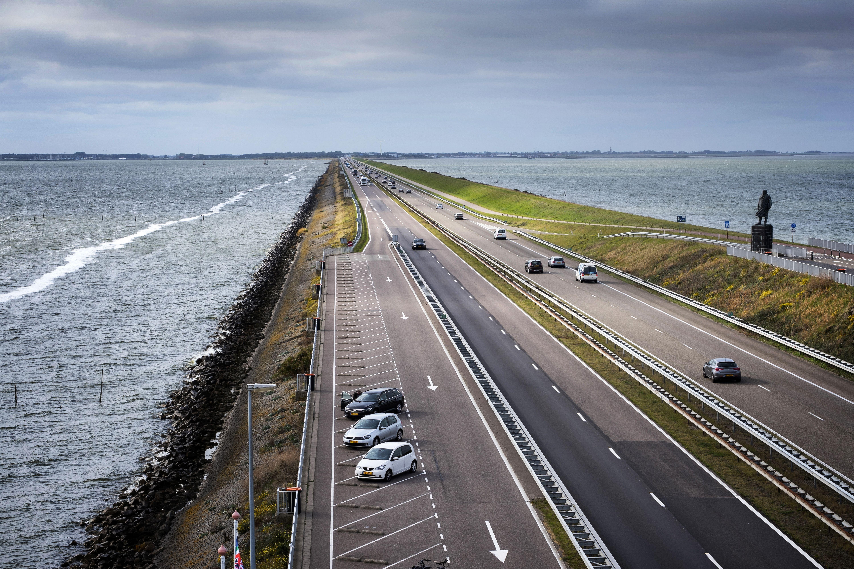 El dique, de 32 kilómetros de longitud, con el mar de Wadden a la derecha y, a un  nivel más bajo, el lago de agua dulce IJsselmeer a la izquierda / Foto: Josep Cano