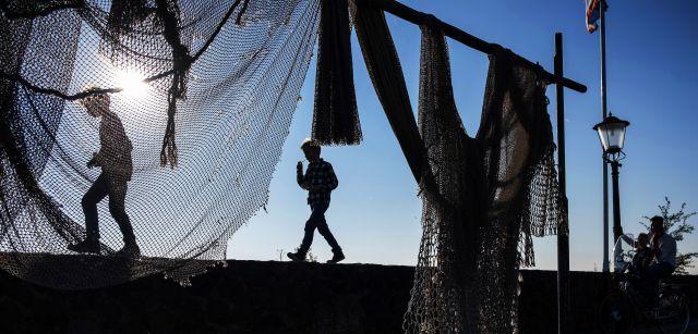 Redes de pesca secándose en Urk, junto al lago. El nuevo paso permitirá que las especies migratorias vuelvan al mismo un siglo después / Foto: Josep Cano