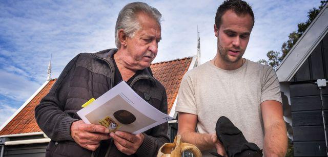 Los arqueólogos Dick Velthuizen (izquierda) e Yftinus van Popta observan objetos hallados en pecios descubiertos entre los campos / Foto: Josep Cano