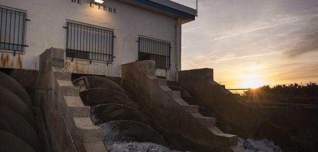 Bomba de desagüe en pleno funcionamiento cuatro días después del temporal, que la cubrió totalmente de arena / Foto: Josep Cano