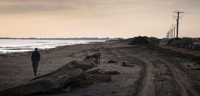 Muro de protección de hormigón derribado en la playa de la Marquesa / Foto: Josep Cano