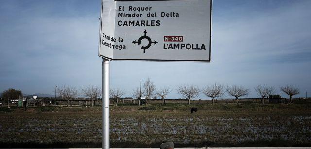 Indicador de carretera doblado por la fuerza del viento cerca de L'Ampolla / Foto: Josep Cano