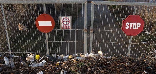 Basura expulsada por el oleaje acumulada en la entrada de una finca a cientos de metros de la costa / Foto: Josep Cano
