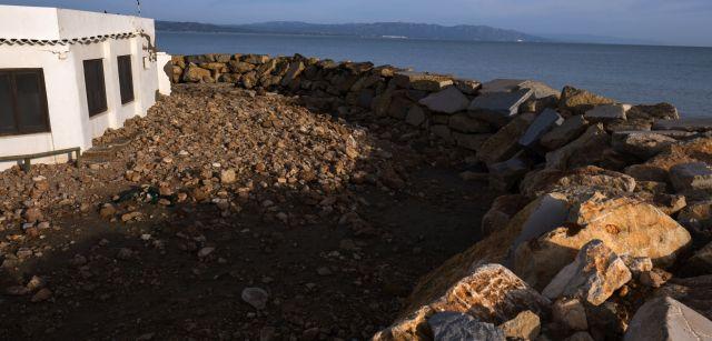 Una barrera de piedra y bloques de cemento protege un restaurante de un mar que no ha parado de acercarse al mismo durante años / Foto: Josep Cano