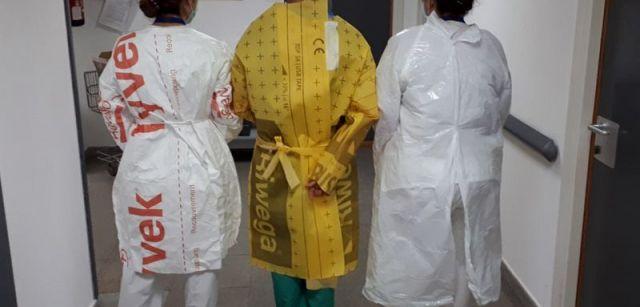 Sanitarios protegidos con batas artesanales ante la falta de medios en un hospital del que piden mantener el anonimato / Foto: Anónimo