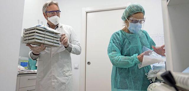 Personal sanitario desinfectando material de protección en una clínica de Polinyà (Barcelona) / Foto: Josep Cano