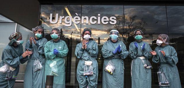 Personal del hospital de Mollet del Vallès (Barcelona) devolviendo los aplausos que les dedican cada tarde los cuerpos de seguridad / Foto: Josep Cano