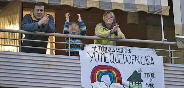 Vecinos de Polinyà (Barcelona) aplaudiendo para agradecer su labor al personal sanitario desde su balcón durante el confinamiento / Foto: Josep Cano
