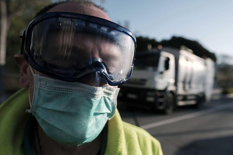 Un operario desinfecta contenedores de residuos en la localidad barcelonesa de Polinyà / Foto: Josep Cano