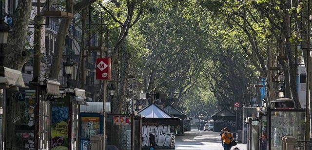 La Rambla de Barcelona, habitualmente atestada de paseantes y turistas, vacía a media mañana / Foto: Josep Cano