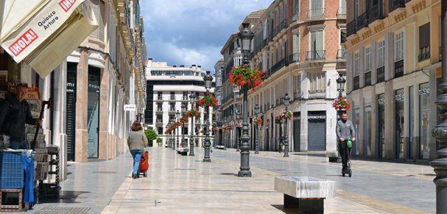 Aspecto desierto de la calle Larios, arteria más animada de Málaga / Foto: Néstor Cenizo
