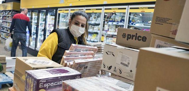 Empleada de un supermercado en Santa Perpètua de Mogoda (Barcelona) protegiendo su rostro de posibles contagios / Foto: Josep Cano