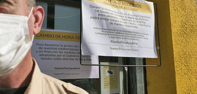 Medidas de seguridad consignadas en la entrada de un supermercado barcelonés / Foto: Josep Cano