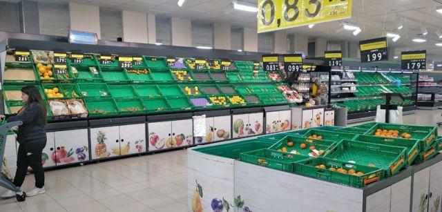 Estantes de frutas y verduras casi vacíos en un supermercado de Terrassa (Barcelona) / Foto: F.F.M.