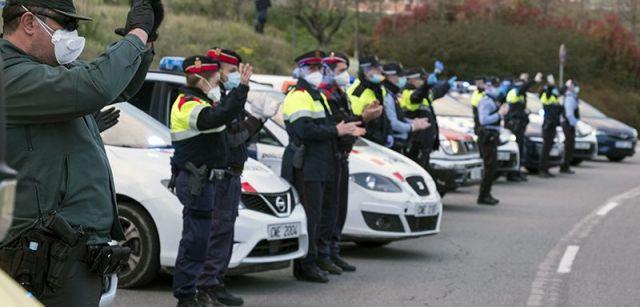 Miembros de cuerpos policiales aplaudiendo a los sanitarios del hospital de Mollet del Vallès (Barcelona) / Foto: Josep Cano