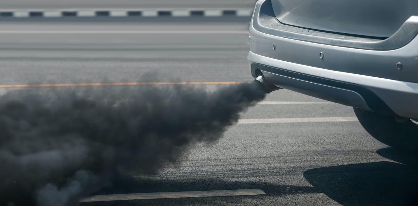 Tubo de escape de uno de los muchos coches contaminantes / Foto: The Conversation